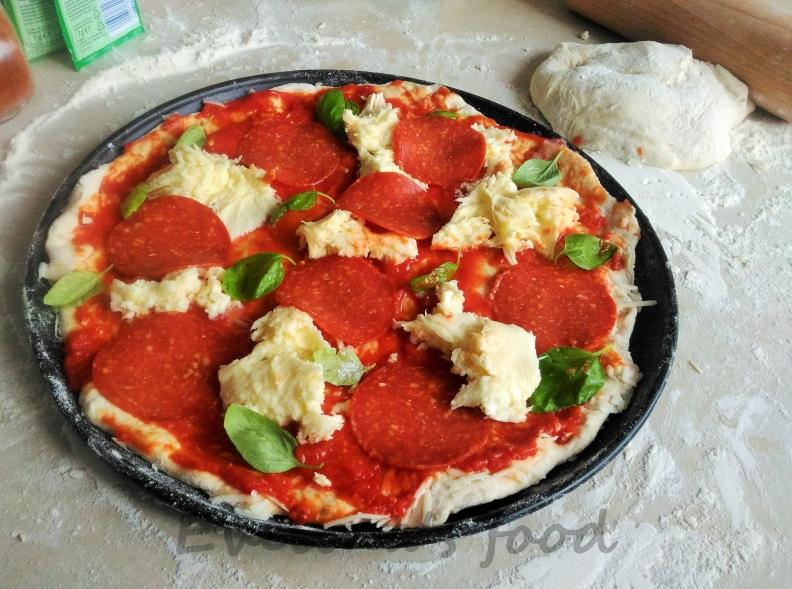 Pizza Margerita con salami (1)