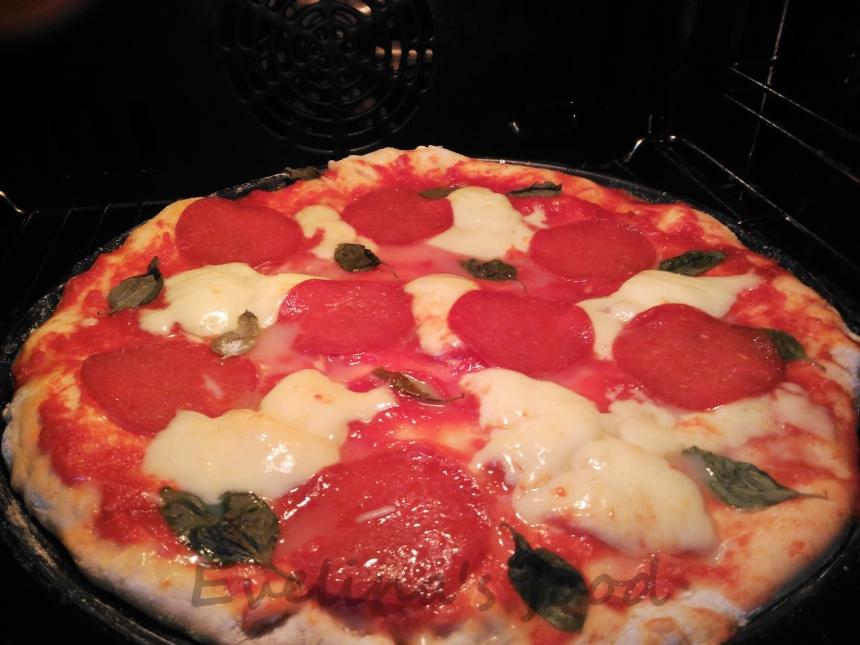 Pizza Margerita con salami (2)