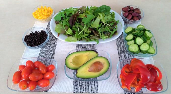 salata cu avocado si porumb